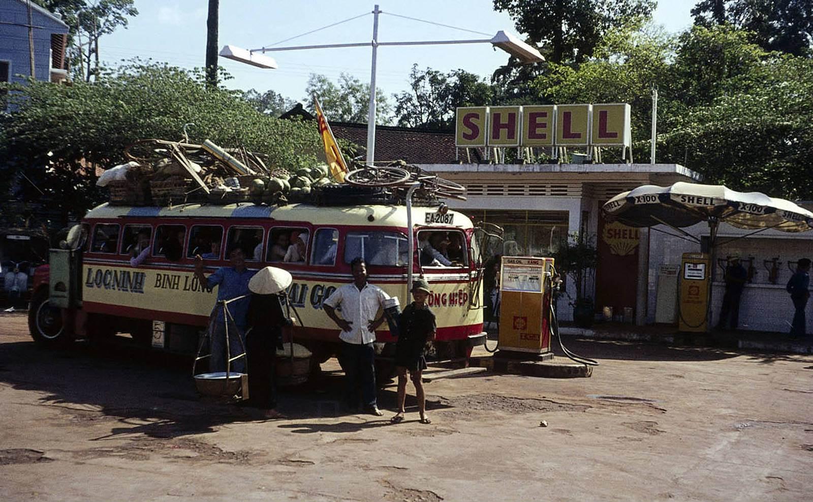 Saigon 1963 - Xe đò Lộc Ninh - Bình Long - Saigon đang dừng đổ xăng
