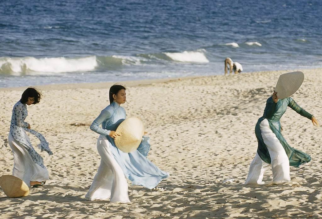Tà áo dài thướt tha trên bãi biển Nha Trang
