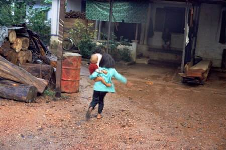 Hai đứa trẻ bên nhà cô dâu.