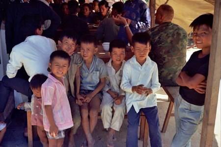 Joe và các đứa em họ chờ đợi được ăn cỗ.