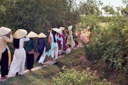 Đoàn của nhà cô dâu rời khỏi nhà chú rể sau đám cưới.