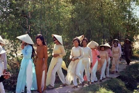 Kế đến là các cô phù dâu mặc những chiếc áo dài rất đẹp.