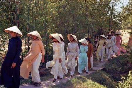 Tất cả phụ nữ mặc áo dài, và dường như là không có chiếc nào giống chiếc nào.