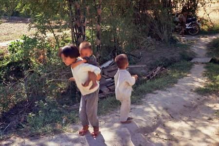 Những trẻ em hiếu kì đi theo đám rước.