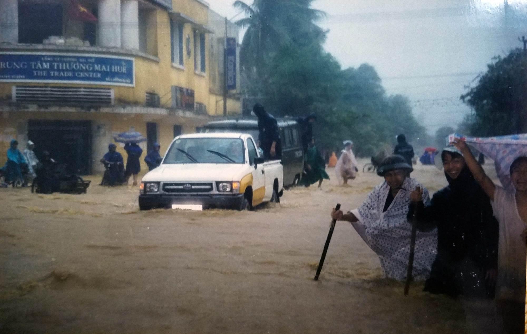 Các tuyến đường trong nội đô thành phố Huế năm 1999 ngập nặng trong biển nước, người dân phải di tản đến nơi cao....