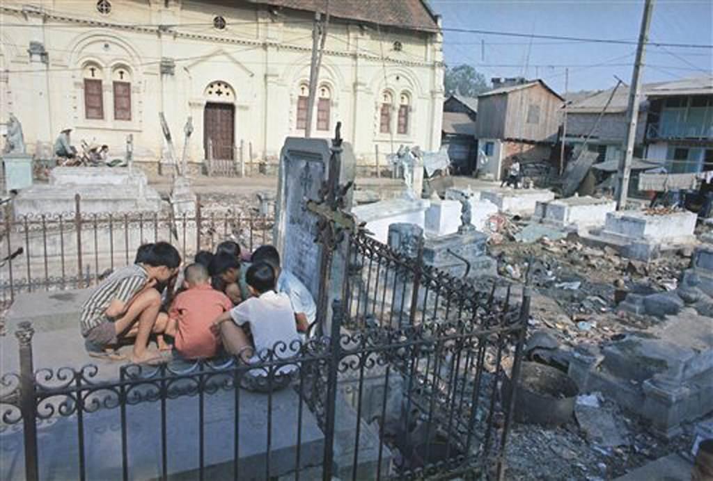 Saigon 1968 - Khu Mả Lạng tại Saigon - Ngôi nhà thờ trong khu nghĩa địa