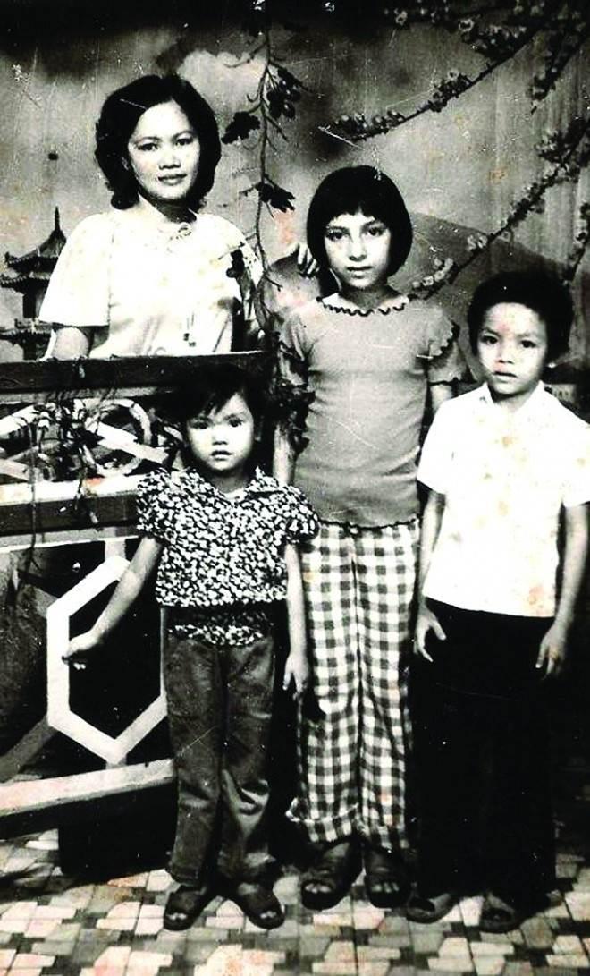 Ảnh hiếm Phi Nhung bên mẹ và em hồi nhỏ.