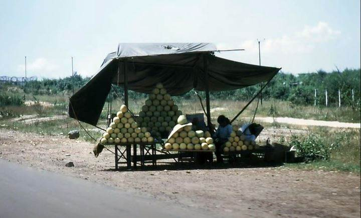 Người dân thường mang trái cây bán ở dọc đường quốc lộ, ảnh năm 1968