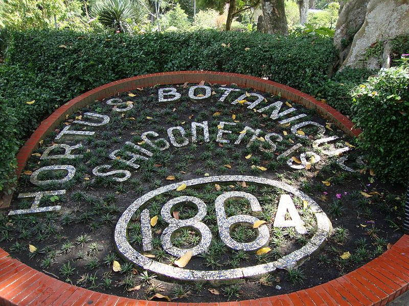Biển kỷ niệm năm khánh thành Vườn bách thảo bằng tiếng Latinh