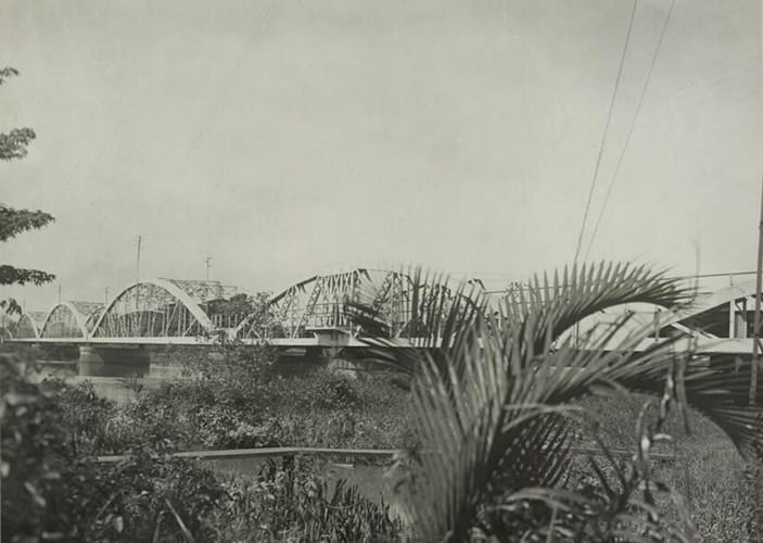 Hình ảnh Cầu Bình Lợi ở Thủ Đức năm 1920, cây cầu nối Sài Gòn và Thủ Đức. Cầu Bình Lợi được khánh thành tháng 2/1902, thuộc tuyến đường sắt Sài Gòn – Nha Trang thời Pháp thuộc, là cây cầu đầu tiên vượt sông Sài Gòn.