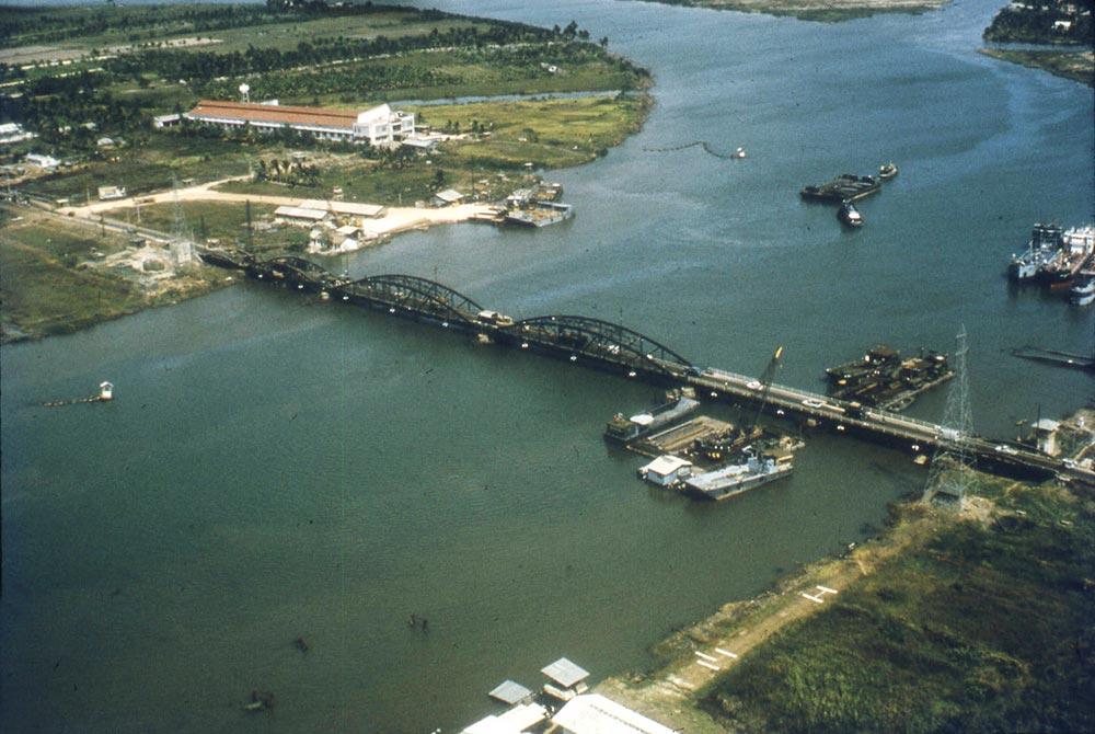 Cầu sắt Bình Lợi nhìn từ trên cao