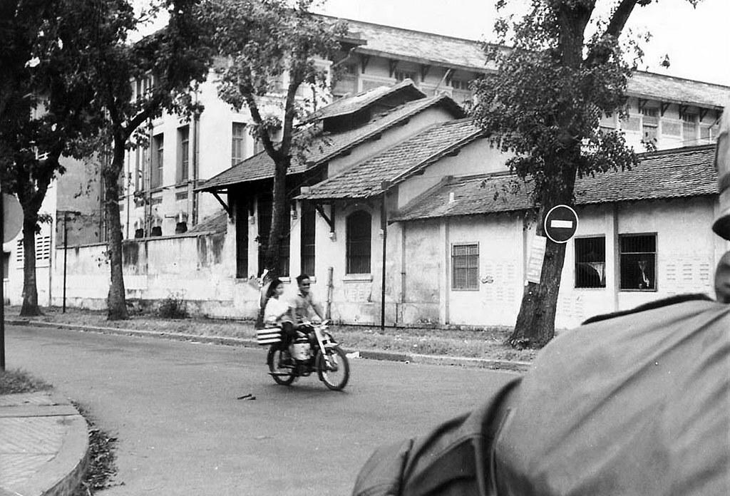 Dãy phòng học phía sau trường nữ sinh Gia Long trên đường Bà Huyện Thanh Quan