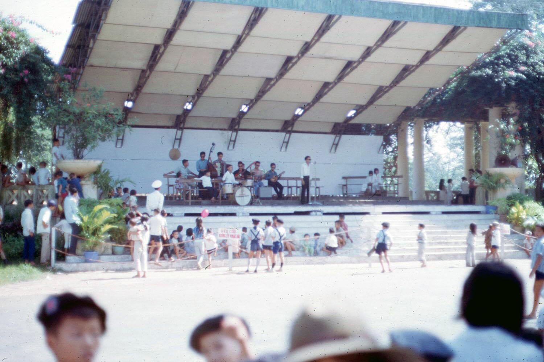 Khán đài, phục vụ biểu diễn văn nghệ ở Thảo Cầm Viên - Ảnh chụp năm 1965
