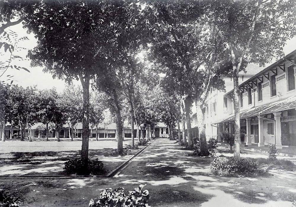 Khuông viên bên trường Nữ sinh Áo Tím xưa