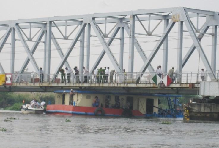 Tàu thuyền bị mắc kẹt dưới gầm cầu Cầu sắt Bình Lợi