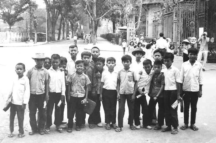 Hình ảnh các em thiếu nhi tham quan Thảo Cầm Viên năm 1963