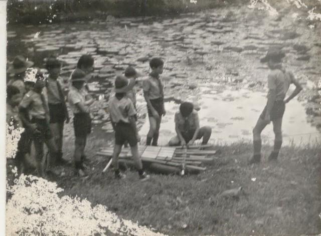 Các hướng đạo sinh thiếu đoàn Lê Quý Đôn trong buổi thực tập chụp ảnh với nhiếp ảnh gia Nguyễn Cao Đàm tại bờ hồ thảo cầm viên năm 1971