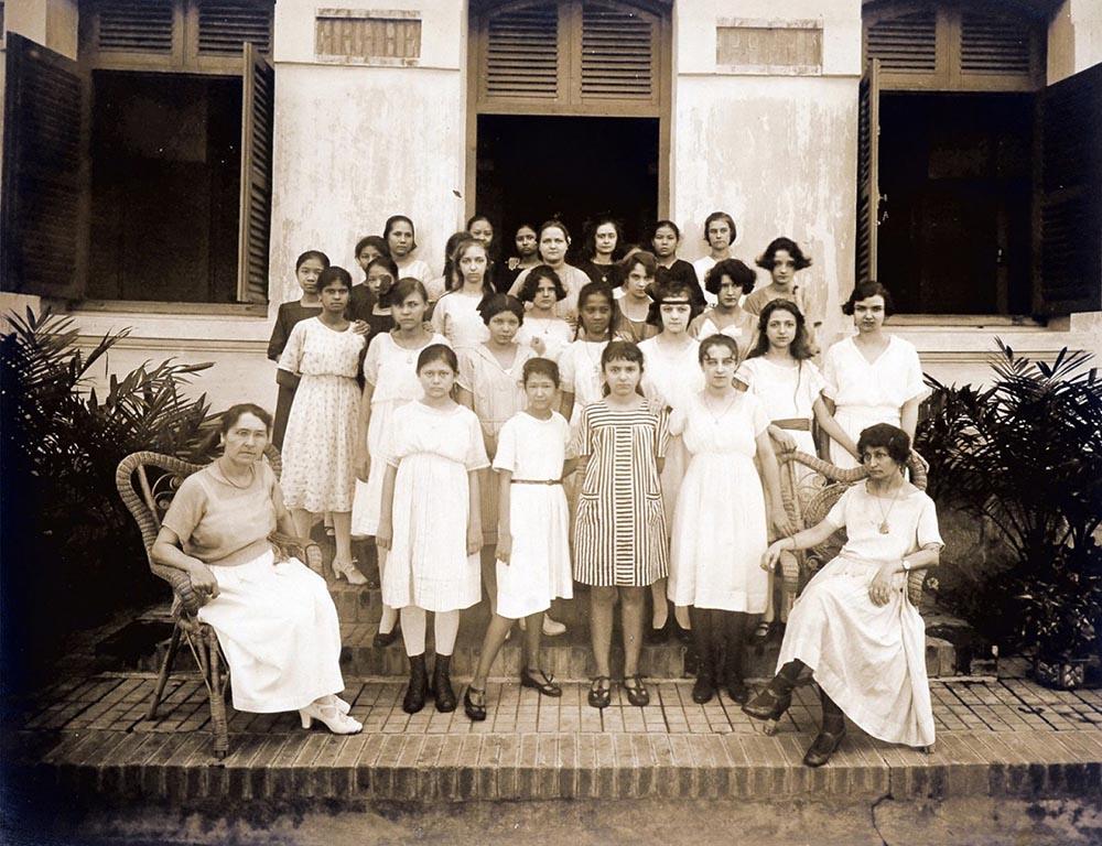 Một sô học sinh và giáo viên tại trường Collège Chasseloup-Laubat