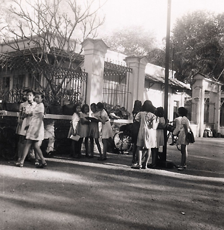 Trước cổng trường Lê Quý Đôn ngày xưa