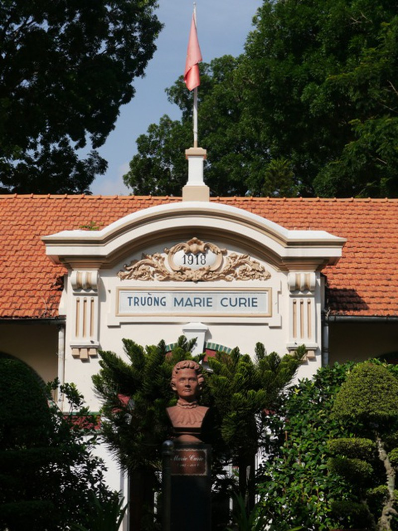 Tượng nhà khoa học Marie Curie được đặt trang trọng ngay giữa trung tâm.