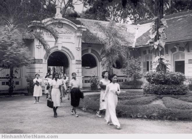 Giờ tan trường trước năm 1975, nữ sinh mặc đồng phục cả váy và áo dài.