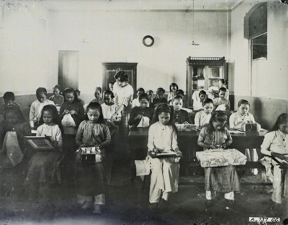Lớp học trong trường nữ sinh Gia Long