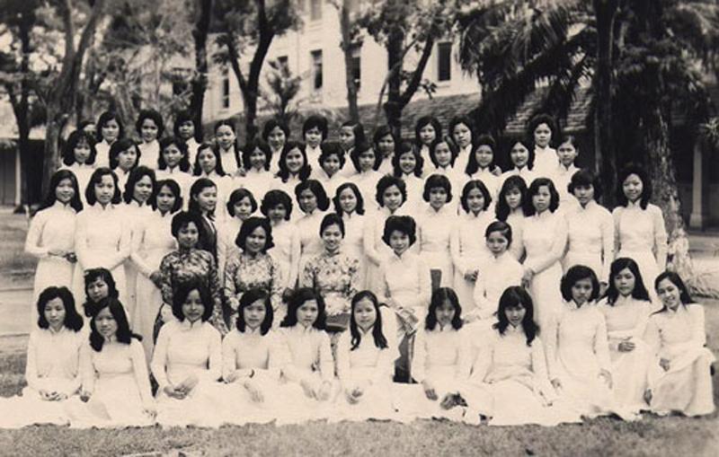 Nữ sinh trường Gia Long với áo dài trắng