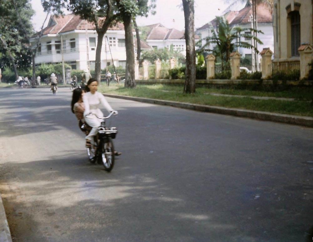 Ngã tư Bà Huyện Thanh Quan - Phan Thanh Giản, bên phải là trường nữ sinh Gia Long