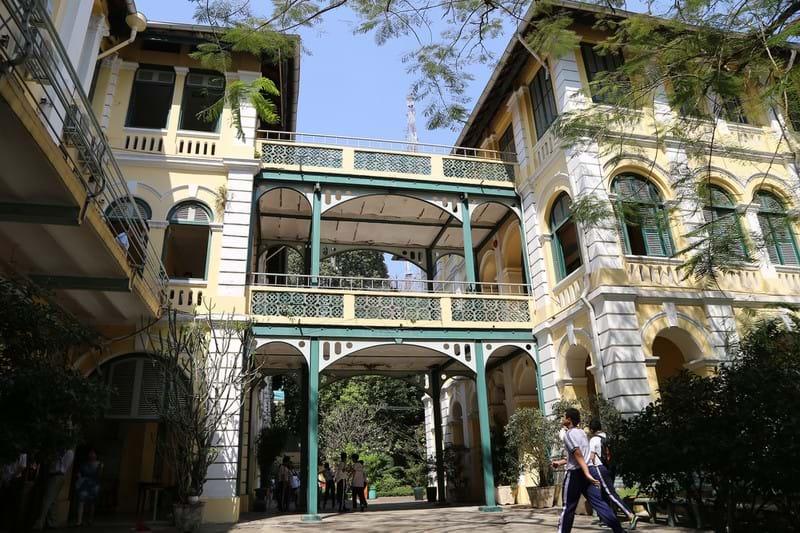 Ngôi trường mang kiến trúc Pháp cổ, với kiểu cách mái vòm, thiết kế tinh tế, hòa hợp với những góc xanh