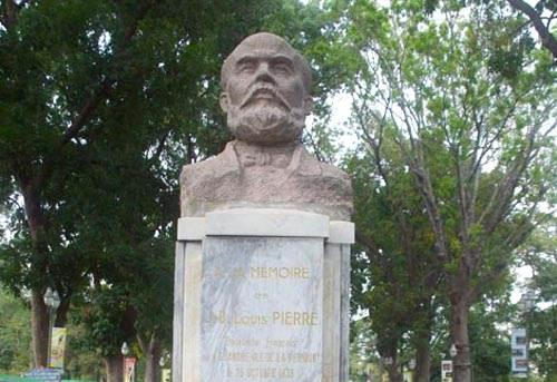 Tượng ông Louis Pierre được đặt ngay lối vào cổng chính của Thảo Cầm Viên Sài Gòn