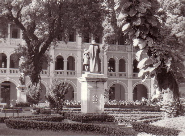 Tượng Thánh John Baptist de La Salle trong sân trường La San Taberd