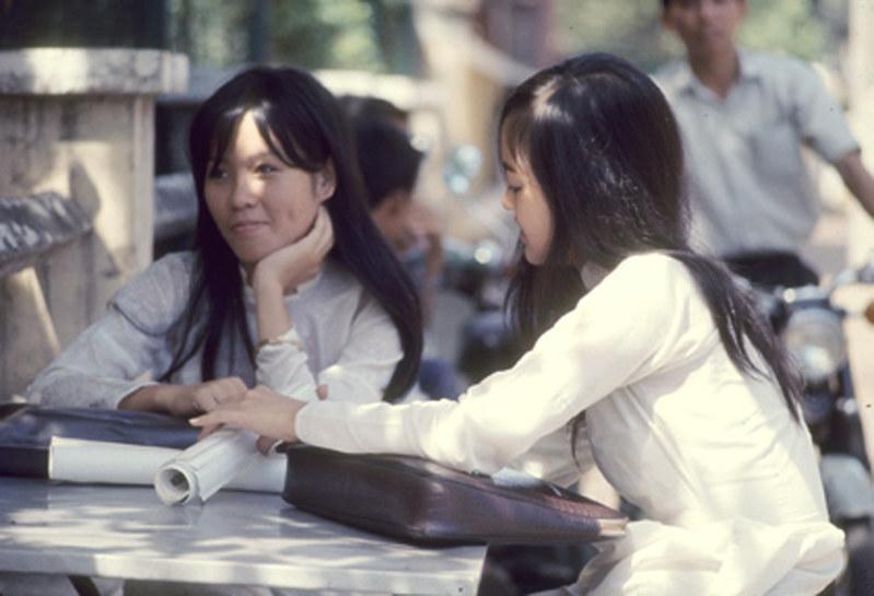 Nữ sinh trường Gia Long trong bộ đồng phục áo dài trắng - Sài Gòn 1969