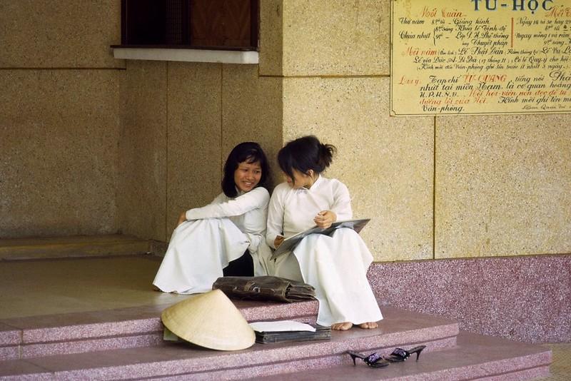 Hai nữ sinh trường Gia Long. Ảnh chụp tại Chùa Xá Lợi, Sài Gòn bởi Thomas W. Johnson