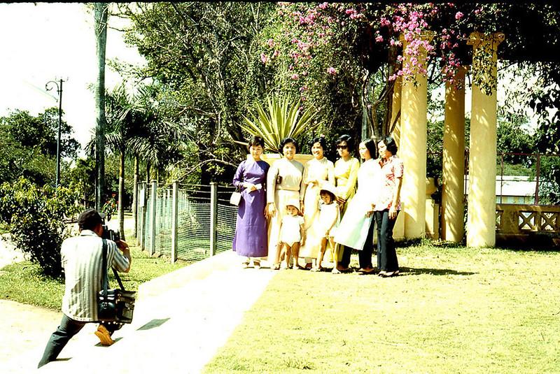 Dạo chơi trong Thảo Cầm Viên - Sài Gòn năm 1970. Ảnh: Artzkat