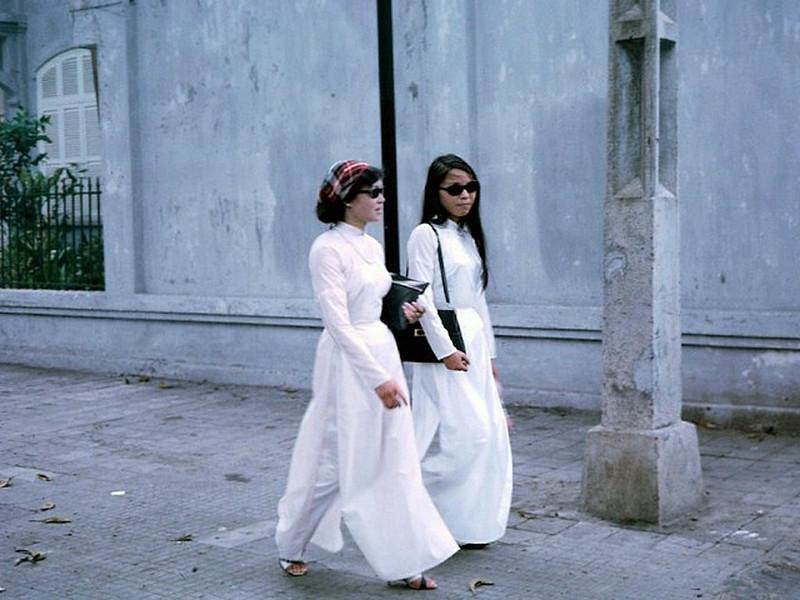 Sài Gòn 1967 - Nữ sinh Sài Gòn với áo dài truyền thống. Sài Gòn với những tà áo dài truyền thống thướt tha càng trở nên đầy màu sắc hơn.