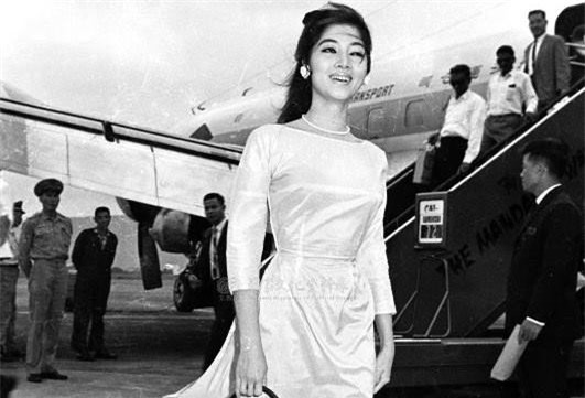 Hình ảnh mỹ nhân Thẩm Thúy Hằng (cô nổi tiếng vào những năm 60,70) trong chiếc áo dài trang nhã. Cô sử dụng phụ kiện vòng cổ ngọc trai khiến tổng thể trở nên sang trọng và ấn tượng.