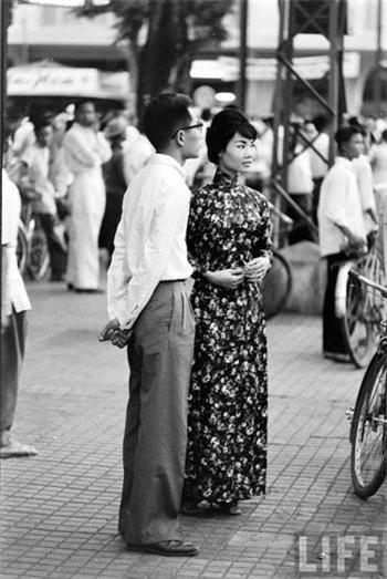 Bên cạnh những mẫu áo dài trơn, áo dài với họa tiết hoa nhỏ cũng được rất nhiều cô gái mê mẩn