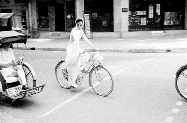 Cô gái dịu dàng trong tà áo trắng nhưng cũng rất thời thượng với cách quấn khăn đậm chất cổ điển khiến tổng thể trở nên thời trang hơn.