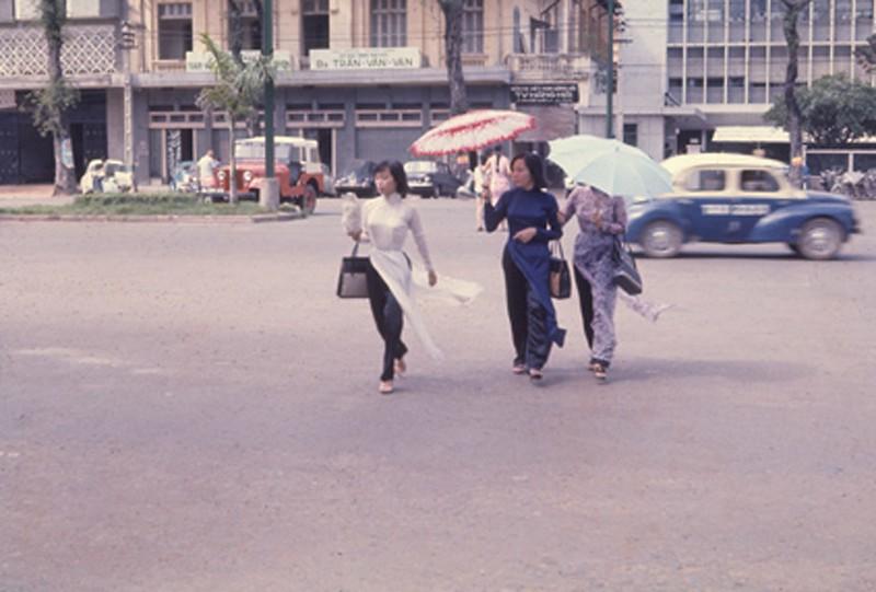 Sài Gòn 1967 - Áo dài trên đường Nguyễn Huệ. Ảnh: Donald Jellema