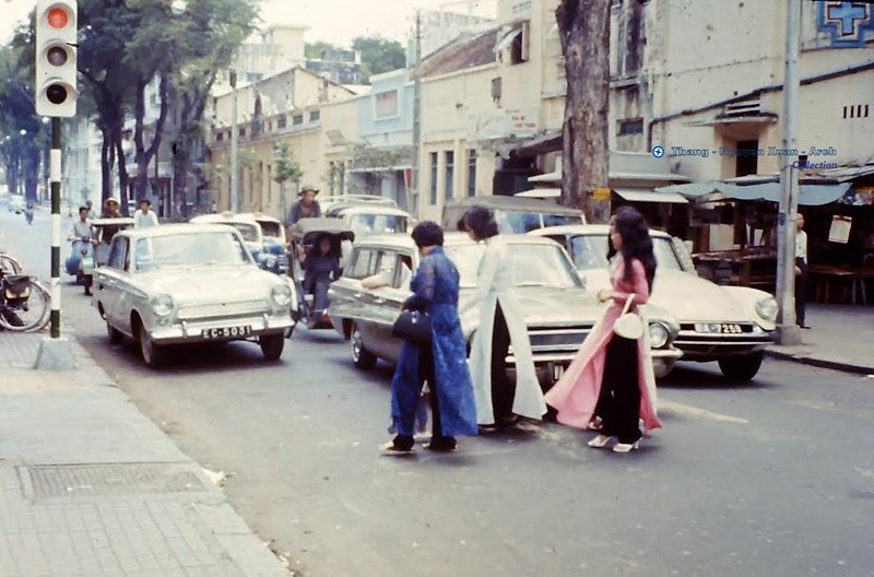 Những người phụ nữ mặc áo dài trên Đường Công Lý Sài Gòn 1966 - Ảnh: Lioyd