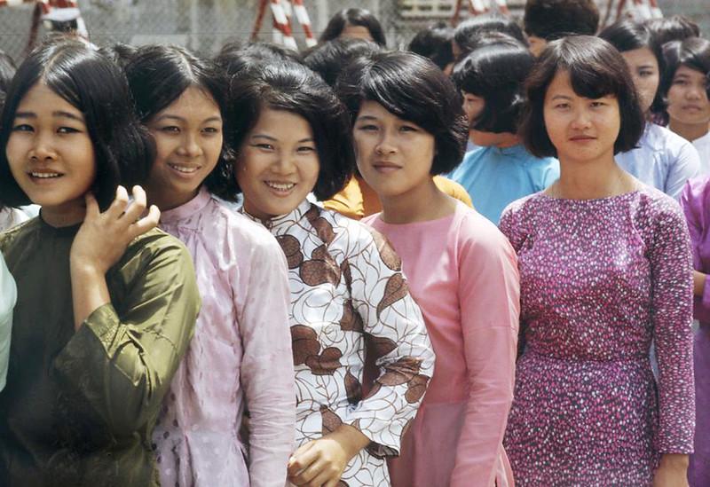 Các cô gái diện áo dài trong Lễ Quốc Khánh. Sài Gòn năm 1971
