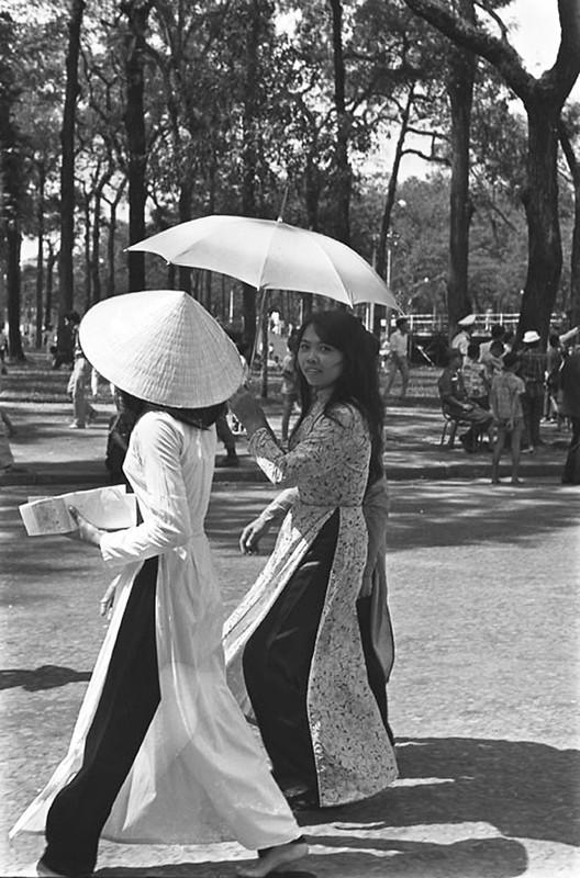Những người phụ nữ Việt Nam đi dạo trên đường phố Sài Gòn - 1/11/1965. Ảnh: Francois Sully