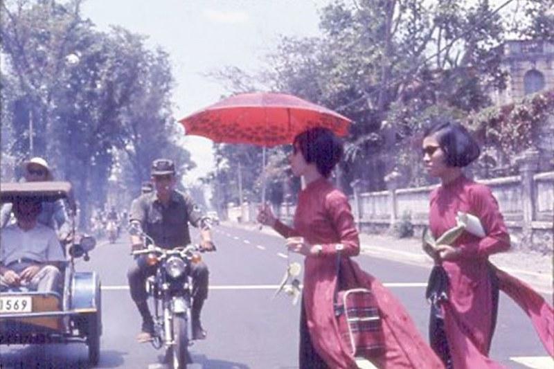 Sài Gòn 1969-1970 - Những cô gái Sài Gòn thướt tha, kiều diễm trong tà áo dài, có lẽ đây là một trong những hình ảnh đẹp nhất trong lòng người Sài Gòn.