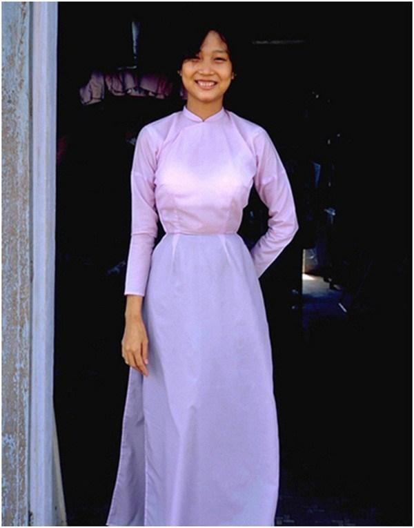 Áo dài màu trơn chiết eo là kiểu dáng quen thuộc với người Sài Gòn xưa, tuy đơn giản nhưng để lại ấn tượng sâu sắc.