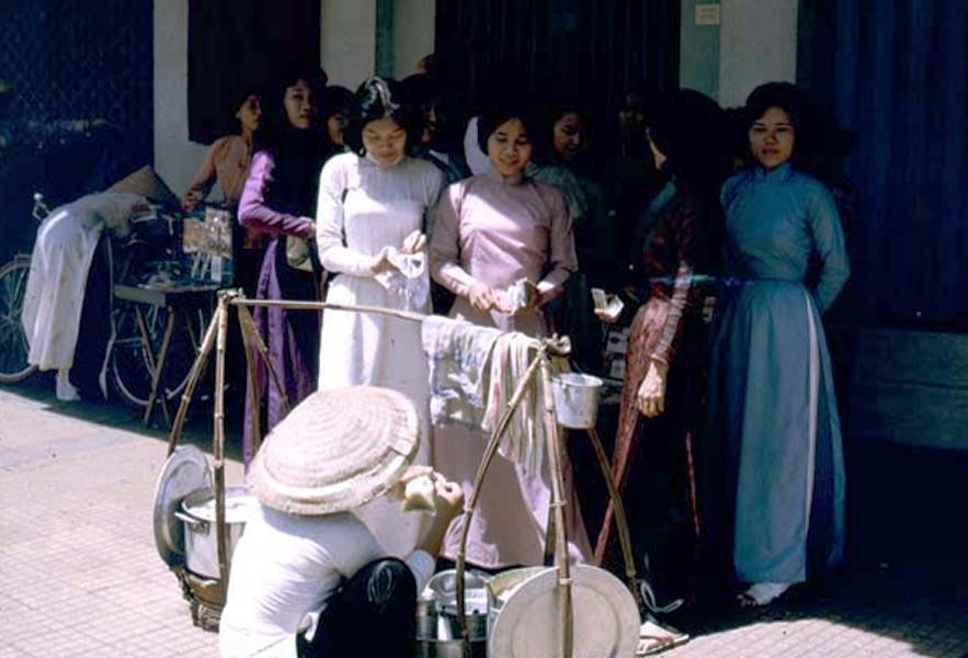 Sài Gòn thời kỳ trước năm 1975, những người phụ nữ khi ra đường thường mặc áo dài để thêm phần lịch sự, trang nhã