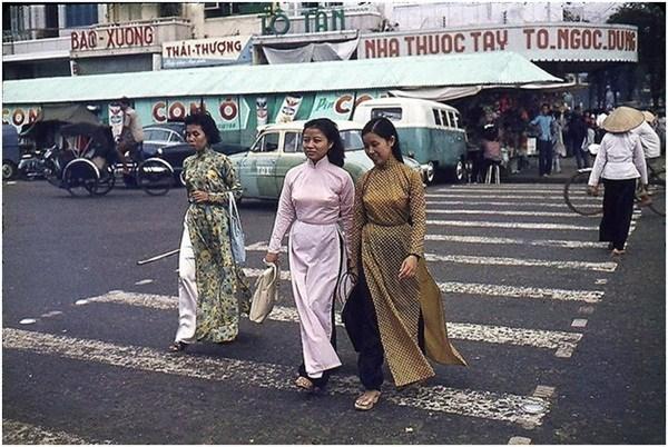 Áo dài làm tôn lên nét duyên dáng của người con gái Sài Gòn thời bấy giờ.