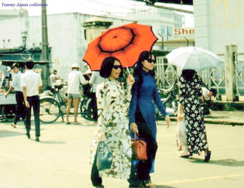 Áo dài thướt tha trên đường Trần Hưng Đạo - Sài Gòn năm 1970