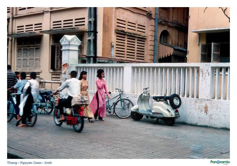 Áo dài trên đường Tự Do - Sài Gòn 1967-1968. Ảnh: HG Waite