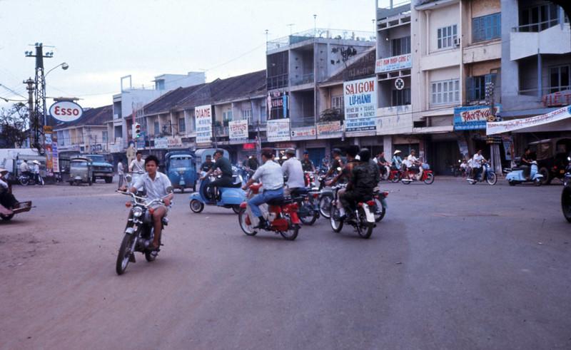 Từ ngã tư Phú Nhuận nhìn về Đại lộ Chi Lăng