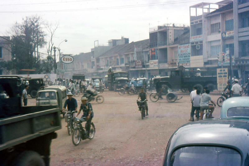 Ngã tư Phú Nhuận 1968. Đường Chi Lăng (nay là Phan Đăng Lưu) nhìn từ đường Võ Tánh (nay là Hoàng Văn Thụ). Cột đèn giao thông gần bìa phải hình là tâm điểm của giao lộ ngã tư Phú Nhuận.